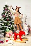 Schönes Mädchen, das nahe dem Weihnachtsbaum steht Lizenzfreie Stockbilder