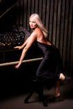 Schönes Mädchen, das nahe Klavier sitzt lizenzfreies stockfoto