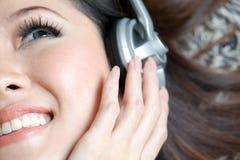 Schönes Mädchen, das nahes hohes der Musik genießt Stockbilder