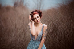 Schönes Mädchen, das in Natur geht lizenzfreie stockfotos