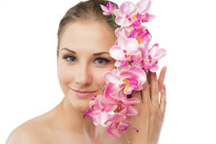 Schönes Mädchen, das Orchideenblume in ihren Händen hält Stockfotos
