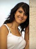 Schönes Mädchen, das in Richtung zu einer Wand sich lehnt Stockfotos