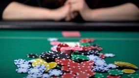 Schönes Mädchen, das riskante Wetten am Kasinopokerspiel, spielende Sucht macht stockfotografie