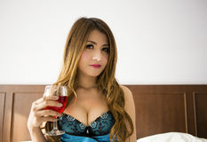 Schönes Mädchen, das Rotwein trinkt Lizenzfreie Stockfotos