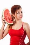 Schönes Mädchen, das Scheibe der Wassermelone im Studio hält Lokalisiertes O lizenzfreies stockbild
