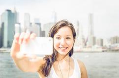 Schönes Mädchen, das selfie mit intelligentem Telefon nimmt stockbilder
