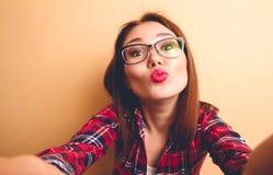 Schönes Mädchen, das selfie tut stockfoto