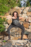 Schönes Mädchen, das shamanic Tanz in der Natur tut Lizenzfreie Stockfotos