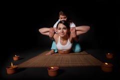 Schönes Mädchen, das siamesische Massage hat. Lizenzfreie Stockfotos