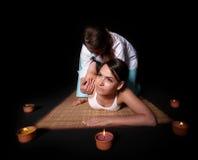 Schönes Mädchen, das siamesische Massage hat. Lizenzfreie Stockfotografie