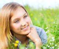 Schönes Mädchen, das sich draußen entspannt lizenzfreie stockbilder