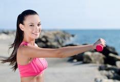 Schönes Mädchen, das Sport tut Lizenzfreie Stockfotos