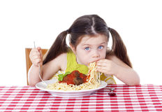 Schönes Mädchen, das Teigwaren und Fleischklöschen isst Lizenzfreies Stockfoto