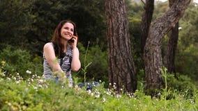schönes Mädchen, das am Telefon in Landschaft 3 spricht stock video footage