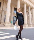 Schönes Mädchen, das vor dem Gebäude steht Stockfotografie