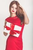 Schönes Mädchen, das Weihnachtsgeschenkbox hält stockbild