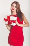 Schönes Mädchen, das Weihnachtsgeschenkbox hält stockfotografie