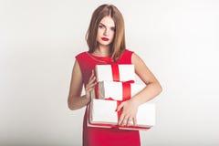 Schönes Mädchen, das Weihnachtsgeschenkboxen hält lizenzfreies stockfoto
