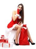 Schönes Mädchen, das Weihnachtsmann-Kleidung trägt Stockfotos
