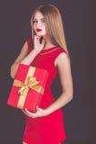 Schönes Mädchen, das Weihnachtsrotgeschenkbox hält lizenzfreies stockbild