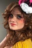 Schönes Mädchen, das wenig Hut trägt Stockbilder