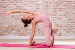 Schönes Mädchen, das Yogaübungen tut Stockfoto