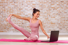 Schönes Mädchen, das Yogaübungen tut Stockfotos