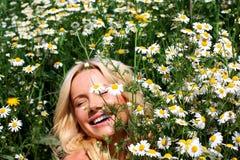Schönes Mädchen in den Blumen Stockfoto