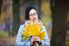 Schönes Mädchen in den Gläsern Lizenzfreies Stockfoto