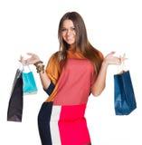 Schönes Mädchen in den Kleidereinkaufshänden Stockfotos