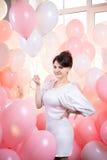Schönes Mädchen in den rosa Ballonen Lizenzfreies Stockfoto