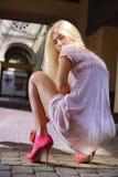 Schönes Mädchen in den rosafarbenen Schuhen Stockfotografie