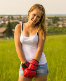 Schönes Mädchen in den Verpackenhandschuhen stockfotografie