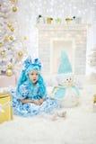 Schönes Mädchen in den Weihnachtskostümen für Stockbilder