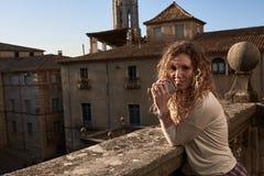 Schönes Mädchen in der alten Stadt stockfoto