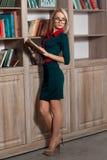 Schönes Mädchen in der Bibliothek Lizenzfreie Stockfotos