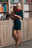 Schönes Mädchen in der Bibliothek Stockbilder