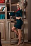 Schönes Mädchen in der Bibliothek Lizenzfreies Stockfoto