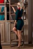 Schönes Mädchen in der Bibliothek Stockfotos