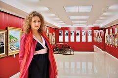 Schönes Mädchen in der Bildergalerie Lizenzfreies Stockfoto