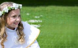 Schönes Mädchen der Erstkommunion stockfotografie
