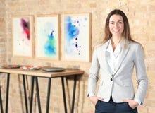 Schönes Mädchen in der Galerie der modernen Kunst Stockfoto