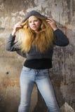Schönes Mädchen in der Haube lizenzfreie stockfotografie