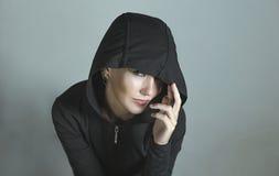 Schönes Mädchen in der Haube mit Ohrringen Lizenzfreies Stockfoto