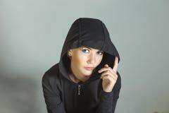 Schönes Mädchen in der Haube mit Ohrringen Lizenzfreies Stockbild