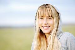 Schönes Mädchen in der Jacke mit Haube Lizenzfreies Stockfoto