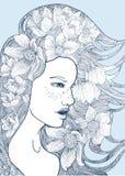 Schönes Mädchen der Königin mit den himmlischen Glocken und den Sonnenblumen in ihrem Haar Stockfoto