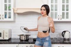 Schönes Mädchen in der Küche Stockbild
