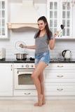 Schönes Mädchen in der Küche Lizenzfreies Stockfoto