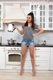 Schönes Mädchen in der Küche Stockfotografie
